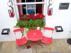 Zoom sur la table (Julie70) Tags: flowers red london table chairs lounge restuarant lookingdown southkensington twochairs photojuliekertesz photojuliekertessz