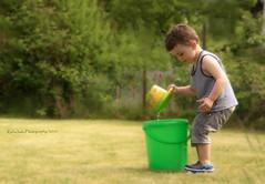 Sysiphusarbeit... (rafischatz... www.rafischatz-photography.de) Tags: garden gerdening child grandchild rio waterbucket playing summer person pentax k3