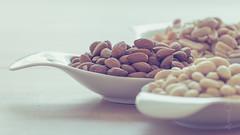 Nsschen (AC-Fotografie) Tags: nut nuts nuss nsse mandeln almonds food essen lebensmittel nikond3200 nikon naturallight availablelight natrlicheslicht vorhandeneslicht annechristine annechristineschnitzer bokeh schale porzellan china