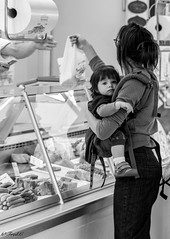 Sur le march (Frd.C) Tags: march french france life vie day black white girl child baby