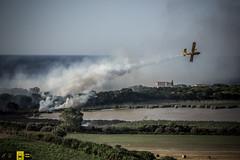 Incendio platamona (6) (Autolavaggiobatman) Tags: pineta elicottero stagno fiamme fumo mare sardegna canadair incendio platamona
