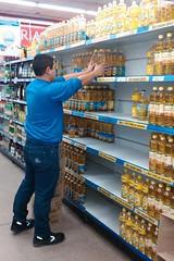27-07-16 Continan las inspecciones para controlar la normal provicin de aceite (fotografia@rionegro.gov.ar) Tags: inspeccindeaceite control comercio gondolas