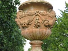 UK - Scotland - Angus -  Glamis -  Glamis Castle - Garden - Memorial to Princess Margaret (JulesFoto) Tags: uk scotland angus glamis glamiscastle urn vase garden