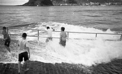 Splash (4foot2) Tags: splash seafront seaside sea seawater water kids wet wave sansebastin spain donostia basquecountry analogue film filmphotography 35mmfilm 35mm 35mmf35 35mmf35summaron summaron leica 1932 1932leica leica111 rangefinder bw blackandwhite monochrome mono standdevelop rodinal people peoplewatching interestingpeople 2016 reportage reportagephotography fourfoottwo 4foot2 4foot2photostream 4foot2flickr