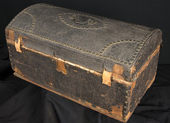Small round top trunk (Madison Historical Society (CT-USA)) Tags: madisonhistoricalsociety madisonhistory mhs madison ct connecticut conn connecticutscenes country usa newengland nikond600 nikon d600 bobgundersen old historical history antiques museum allisbushnellhouse abhouse interesting image inside indoor interior picture photo shot design