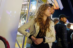 . (Le Cercle Rouge) Tags: woman game paris france femme carousel lunapark 75012 humans nightgames foiredutrne humains attractionpark strangenight wwwlecerclerougecom lombredudoute