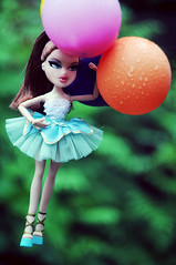 Sansa (lemmuar) Tags: green girl fashion balloons doll dolls air bratz greeneyed sansa upintheair bratzdoll bntm epem