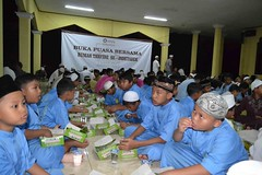 sedekah makan santri (PPPA Daarul Quran) Tags: sedekah makan santri
