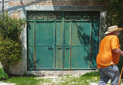 Passerby (Maria Sciandra) Tags: mariasciandraphotography mexico sanmigueldeallende wwwmariasciandracom colonialmexico streetphotography orangeteeshirt tealdoor elderlygentleman sombrero