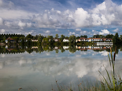 Reflejos en el lago. (RosanaCalvo) Tags: francia gers casas lago nubes reflejos