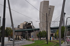 Le muse Guggenheim (1997) et le Pont de la Salve (1972), Bilbao, Biscaye, Pays Basque, Espagne. (byb64 (en voyage jusqu'au 09-10)) Tags: bilbao bilbo biscaye viscaya bizkaia biscay biscaglia paysbasque euskadi euskalherria paisvasco espagne espana spain spagna spanien europe europa eu ue nervion museguggenheim museoguggenheim guggenheim iberdrola gehry frankgehry muse museo museum pont puentedelasalve puente ponte bridge brcke lasalve salbekozubia zubia puenteprncipesdeespaa danielburen buren arche arco arch prtico portique
