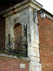 Chteau de Courcelles-sous-Moyencourt : mur d'enceinte du parc avec grille en fer forg et lampadaire. (xavnco2) Tags: courcellessousmoyencourt somme picardie france chateau grille fer forg wrought iron lampadaire streetlamp lampione