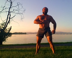 abendstimmung am see - dusk at the lake (Farmerbaer) Tags: beefy burly buff bearded brawny zugersee muscled abendstimmung hairychested stocky muscledswisshunk tendermusclebear zahmermuskelbär