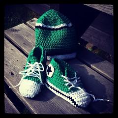 Springskorna är färdiga - och moster bara väntar! (TinaOo) Tags: square sneakers converse squareformat virkning chochet crochetwork iphoneography instagramapp xproii uploaded:by=instagram