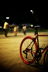 Wheel (myDays / S.Lee) Tags: leica light red summer people night 50mm dof bokeh f10 noctilux bikewheel maydays bokeholic namusu m9p bokeholiccom