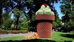 Potanpo (vebests) Tags: claudeponti jardindesplantesdenantes sculpture fleur levoyagenantes2016 potdefleurs nantes loireatlantique france bancs
