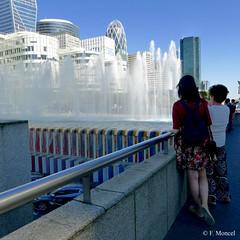 Paris contemporain. (Photographe Naf) Tags: europe france paris capitale ville urbain architecture tour esplanade fontaine ladfense quartierdesaffaires hautsdeseine 92 people