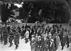 Following the pipers! (National Library of Ireland on The Commons) Tags: brendankeogh thekeoghphotographiccollection keoghbrothersltd nationallibraryofireland countessmarkievicz election ennis victoryparade pipers countyclare byelection 1917 sinnfin crowd willieredmond bagpipes lapelpins