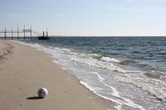 Vlieland - punt Vliehors (Dirk Bruin) Tags: beach strand ball football vlieland soccer balls washed voetbal bal ashore beachcombing ballen vliehors strandjutten strandbal jutten vondst jutterij aanspoelen
