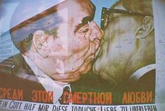 A008166-R1-21-22 (mi amigo de lo ajeno) Tags: street berlin art wall graffiti lomo lomography kiss berlinwall politicians effect eastsidegallery analogic leonidbrezhnev erichhonecker meingotthilfmirdiesetdlicheliebezuberleben dmitrivrubel bruderkuss brotherhoodkiss
