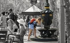 2123  Fuente de Canaletas en la Rambla de Barcelona (Ricard Gabarrs) Tags: fuente agua barcelona gente calle paseo callejeando ricardgabarrus ricgaba olympus