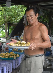 food vendor man (the foreign photographer - ) Tags: aug282016nikon food vendor man tray khlong bang bua portraits bangkhen bangkok thailand nikon d3200