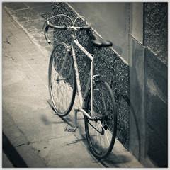 36/92: quien mueve las piernas, mueve el corazón (Frankness2008) Tags: españa canon eos noche calle huesca negro aragon bici rueda transporte jaca proyecto aragón callejera