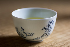 White tea cup with Kosanji painting, the frog and rabit (Christian Kaden) Tags: rabbit cup tasse animal japan shop architecture tiere kyoto tea kultur culture frog tatami  architektur pottery  teacup greentea kioto kansai frosch tee  geschft hase  tier teaset teetasse   sencha       grnertee    teaservice    grntee   tpfer  teegeschirr ikai chojugiga    teautensils chojujinbutsugiga  teeutensilien oyunomi    grnerteejapanisch kosanjitierbildnis