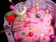 Voltei e estou com muitas saudades dos artesanatos, das troquinhas , das amizades aqui conquistada e as que virão serão muito bem vindas.....cheguei trazendo essa alfineteiro que fiz.... (Sinal de Amor) Tags: artesanato cupcake trocas tecidos laço alfinetes poá alfineteiro rendinha costurinhas