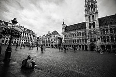 From Brussels with love (Tom Cuppens) Tags: brussel straatfotografie zwartwit bruxelles brussels grand place grote markt people noiretblanc