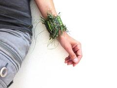 grass of August 2016, wristband (Ines Seidel) Tags: wristband jewelry jewellery bracelet grass green woven weaving wearable impermanent armband grn gras gewebt