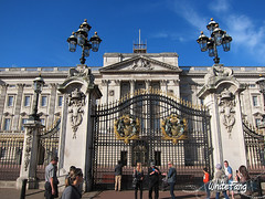 The actual main gate of the Buckingham Palace (WhiteFang (Eurobricks)) Tags: lego architecture set landmark country buckingham palace victoria elizabeth royal royalty family crown jewel imperial statue tourist united kingdom uk micro bus taxi