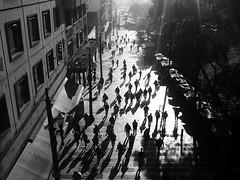 Manhã no Centro (De Santis) Tags: bw sun white black luz sol branco sunrise contraluz workers sãopaulo centro samsung sé sombra s pb preto galaxy sp colegio paulo são contra manhã boavista silhueta sãobento trabalhadores pateo galaxys fernandodesantis