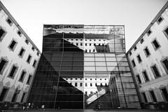 Barcellona 2810 (kingeston) Tags: kingeston nikon d7000 architettura architecture linee geometry geometrie barcellona barcelona spagna spain espana bn bw bianco nero black white blanc noir riflesso monocrome monochrome