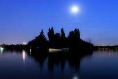 Insula misterioas / Mysterious island (nihilsineDeo) Tags: lake reflection nightshot lac romania bucharest bucuresti herastrau bukarest roumanie noapte romnia  herstru bucureti reflexii