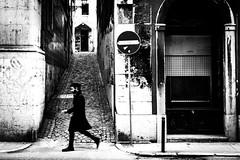don't get eaten... (Hendrik Lohmann) Tags: street people portugal lisboa streetphotography menschen strase strassenfotografie