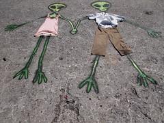 Aliengenas de la mano (Manu B 81) Tags: radebilbao bilbao bilbo zorrozaurre bizkaia basquecountry paseo dibujo graffiti arte art suelo muelle juntos pareja amor love verde green aliengenas vestidos vestido camisa pantalon original verano summer calor hot alien aliens