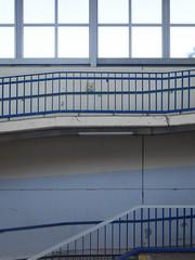 Die Welle. (Wenig Gelb.) / 26.08.2016 (ben.kaden) Tags: berlin marzahn sbahnhofpoelchaustrase architekturderddr architektur weniggelb 2016 26082016