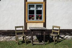 Sitzplatz fr zwei (swissgoldeneagle) Tags: chair woodenchairs window scandinavia two blumentpfe freilichtmuseum seats holzstuhl museum woodentable blumentopf zwei bungemuseet sverige wooden geranium blumentoepfe gotland geranien flowerpots flowerpot rx100m4 woodenchair fenster seat sweden rx100 schweden chairs holzstuehle stuhl skandinavien stuehle sthle holzsthle bunge
