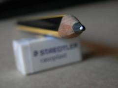 Voy a escribir mis memorias con lápiz. (elena m.d.) Tags: macro yelow lápiz escritorio supermacro macroalextremo