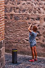 Pillada !! (raperol) Tags: calle street airelibre verano toledo girl textura hdr robados