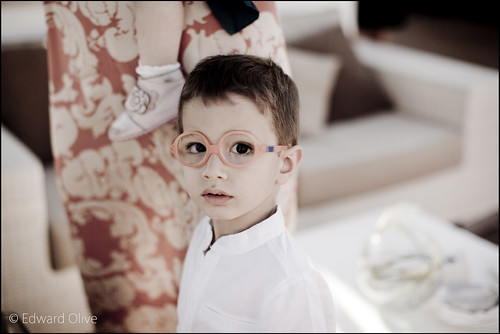 Portrait of child in wedding in warm tones - Edward Olive photographer fotógrafo photographe Fotograf