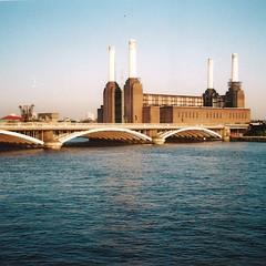 a relação com o rio (a | e) Tags: city uk urban london film thames 35mm streetphotography battersea powerstation olympusxa1
