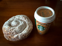 Da 30   Hoy, caf industrial (Chimista) Tags: iphone iphone6splus 365coffeeroad caf bollera ensaimada jan cafenvasado starbucks comida alimento