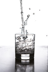 20/52 Agua / Water (Xisco Bibiloni) Tags: ifttt 500px water 52project 52week 52weekproject agua project project52 project52week splash strobitst vaso glass blanco y negro black white bw