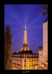 la dame de fer hlicoptre - tour eiffel paris ('^_^ D.F.N. Damail ^_^') Tags: voyage city blue sunset vacation favorite paris color tower art monument architecture canon french geotagged fun photography soleil photo europe flickr gallery photographie photos mark picture eiffel best fave bleu helicopter ciel views toureiffel passion capitale monde iledefrance defense franais clounds contrejour clound vieux artiste artistique photographe 1635 1635mm favoris dfn damail 5dmarkii wwwdamailfr