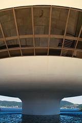 MAC balance (Alex Schwab) Tags: brazil white building niemeyer brasil riodejaneiro museum architecture oscar pod mac ufo symmetry balance spaceship column form aluminium whitewashed sy museudeartecontemporanea anodised