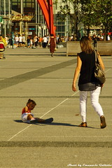 Esplanade de la Defense (Mr. Emagal) Tags: street shadow people paris canon photography strada child gente ombra ladefense bimbo parigi bambino 550d esplanadedeladefense mremagal