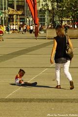 Esplanade de la Defense (Mr. Emagal) Tags: street shadow people paris canon photography strada child gente ombra ladefense bimbo parigi bambino 550d esplanadedeladefense mremagal