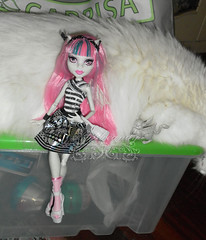 Rochelle Goyle and the gargoyle cat ~ SAM3012_MonsterHigh_Rochelle_ (applecandy spica) Tags: pink white black cat grey furry kitten chat doll soft gray kitty fluffy gargoyle katze fleurdelis fatcat chubby weiss gatto bianco blanc kittie ktzchen micio rochelle chaton gattino weis soffice peloso morbido gattone micetto micione gattochiatto monsterhigh rochellegoyle